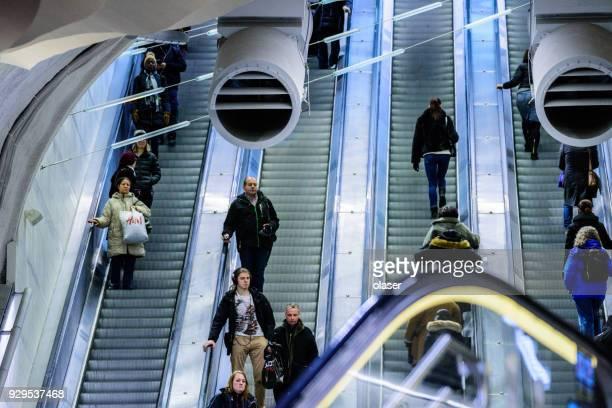 trein station platform roltrappen, stockholm stad - metrostation stockfoto's en -beelden