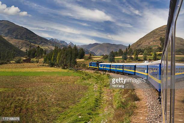 マチュピチュ行きの列車は、鉄道の旅の山アンデス山脈,ペルー - マチュピチュ ストックフォトと画像