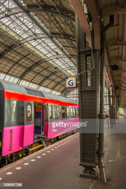 """train with open doors getting ready to leave the train station - """"sjoerd van der wal"""" or """"sjo"""" stock pictures, royalty-free photos & images"""