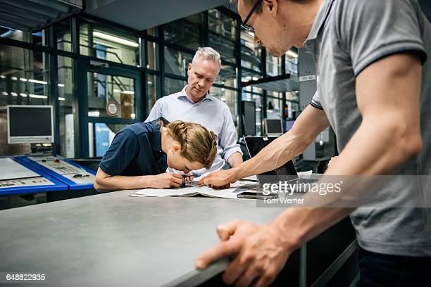 trainee doing quality control in printery - qualitätsprüfer stock-fotos und bilder