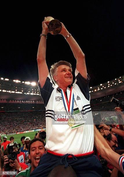 3 FRANKREICH FUSSBALLWELTMEISTER 1998 Trainer Aime JACQUET/FRA mit WM POKAL/WM CUP