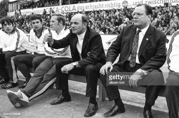 RWO Trainer Alfred Preißler Spieler und der RWO Mäzen auf der Trainerbank Aus 1 BL Saison 196970 Eintracht Braunschweig gegen Rot Weiß Oberhausen 04