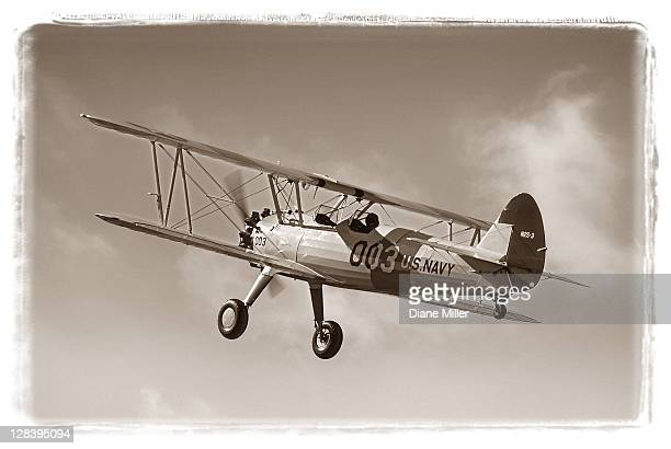 1943 wwii trainer boeing stearman in authentically restored navy paint scheme, - 1943 stock pictures, royalty-free photos & images