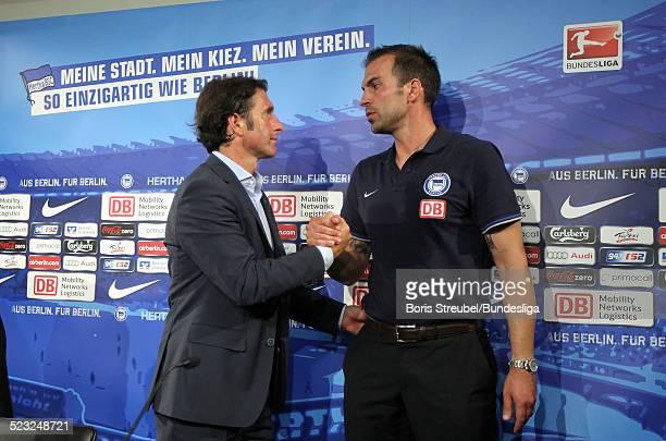 Trainer Bruno Labbadia aus Stuttgart und Trainer Markus Babbel aus Berlin geben sich die Hand waehrend der Pressekonferenz nach dem Bundesligaspiel...