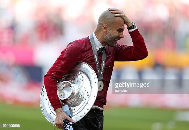 Trainer Coach Pep Josep Guardiola FC Bayern München Munich mit Meisterschale deutsche Fussball Meisterschaft des FC Bayern München 1 Bundesliga...