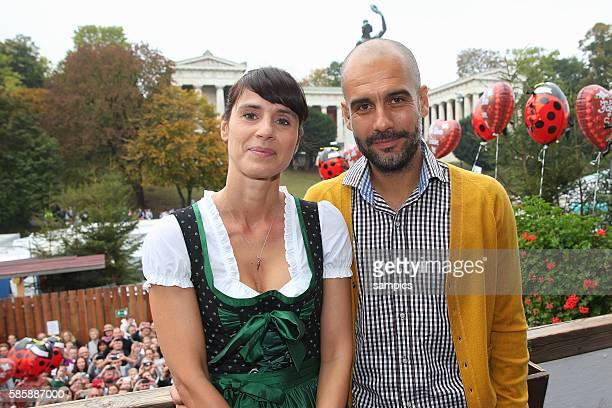 Trainer Coach Pep Josep Guardiola FC Bayern München Munich mit Frau Christina FC Bayern auf der Wiesn auf dem Münchner Oktoberfest