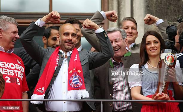 Trainer Coach Pep Josep Guardiola FC Bayern München Munich zeigt Muskeln Feier auf dem Marienplatz mit der Damenmannschaft des FC Bayern München...