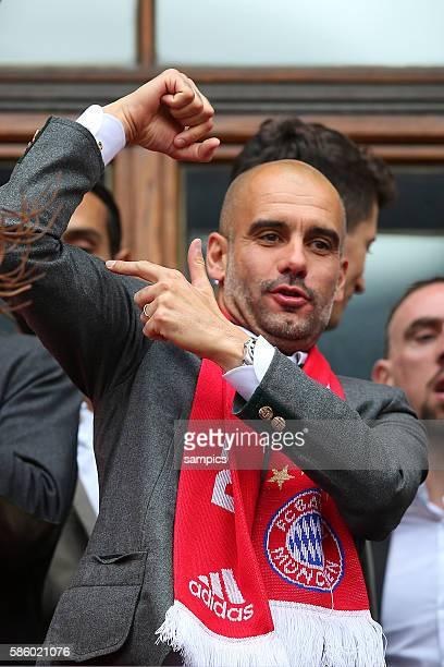 Trainer Coach Pep Josep Guardiola FC Bayern München Munich zeigt Muskeln FC Bayern München Feier auf dem Marienplatz mit der Damenmannschaft des FC...
