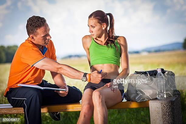 Trainer gibt Ratschläge, um seine junge weibliche Athleten