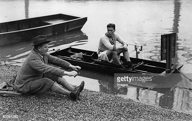 Trainer Haig Thomas is giving instructions to the rower W, I, R, Carbonell for the forthcoming competition, England, Photograph, 1933 [Der Trainer...