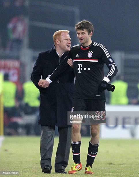 Trainer Heiko Vogel FC Basel mit Thomas Müller Mueller FC Bayern München Fussball Championsleague FC Basel FC Bayern München 10 Saison 2011 / 2012