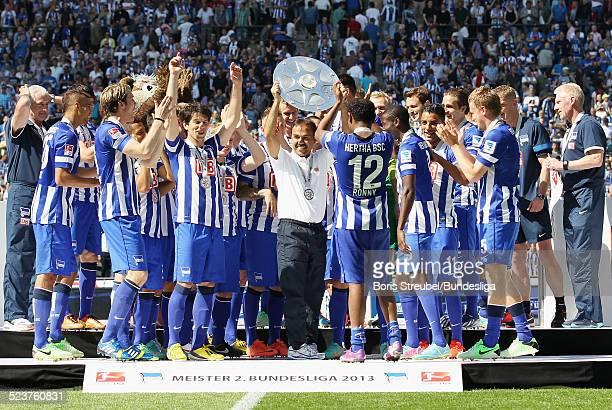 Trainer Jos Luhukay und die Mannschaft von Hertha BSC bejubeln die 2 Bundesliga Meisterschaft und den Aufstieg in die 1 Bundesliga mit der...