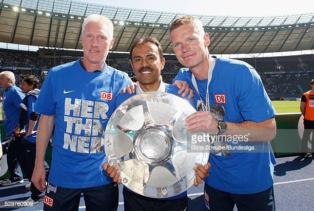 Trainer Jos Luhukay von Hertha BSC bejubelt mit seinen CoTrainern Rob Reekers und Markus Gellhaus mit der Meisterfelge die 2 Bundesliga Meisterschaft...