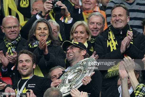 Trainer Jürgen Juergen Klopp Borussia Dortmund mit der Meisterschale und Hans Joachim Watzke in Hntergrund Fussball Saison 2011 / 12 1 Bundesliga...