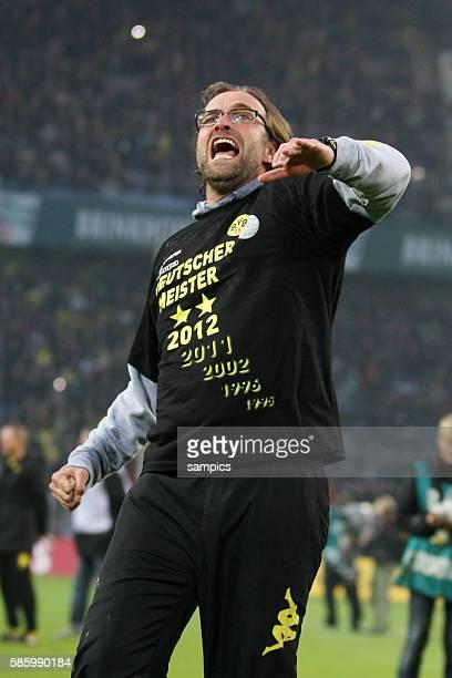 Trainer Jürgen Juergen Klopp Borussia Dortmund mit mit Meistershirt Borussia Dortmund feiert die deutsche Fussballmeisterschaft durch den Sieg gegen...