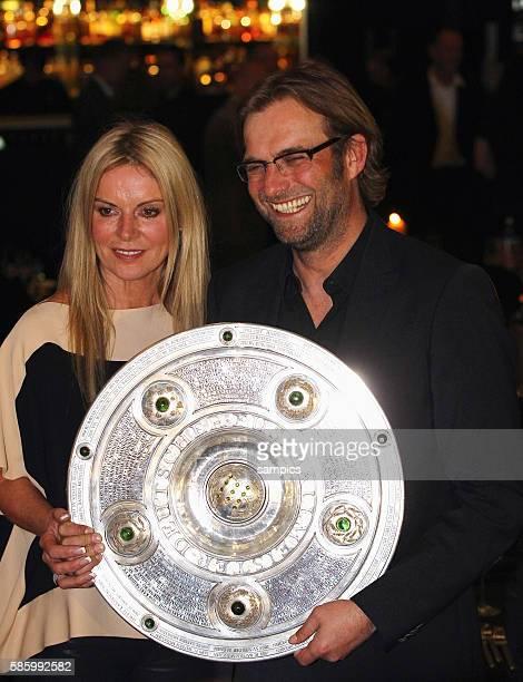 Trainer Jürgen Juergen Klopp Borussia Dortmund mit seiner Frau Ulla Klopp mit Meisterschale Fussball Saison 2011 / 12 1 Bundesliga Borussia Dortmund...