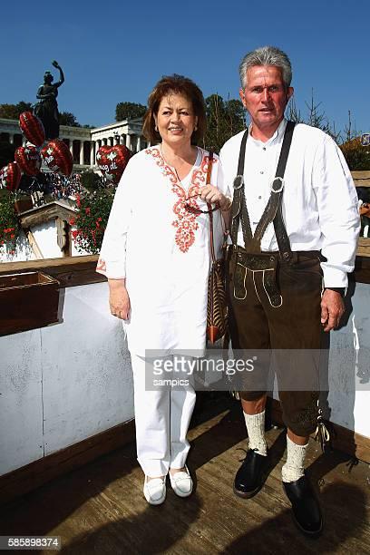 Trainer Jupp Heynckes FC Bayern Munchen und seine Frau Iris Oktoberfestbesuch des FC Bayern Munchen