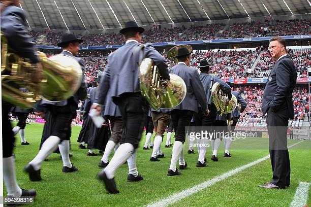Trainer Louis van Gaal mit bayrischer Blaskapelle Fussball 1 Bundesliga FC Bayern Munchen 1 FC Köln 00 Sisoan 2010 / 2011 1892010