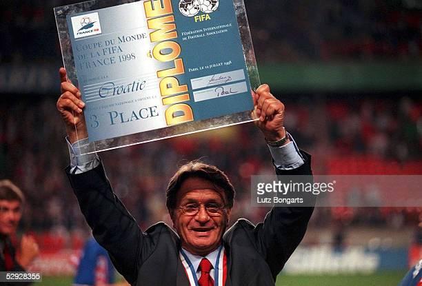 2 Trainer Miroslav BLAZEVIC/CRO mit der offiziellen FIFA Urkunde