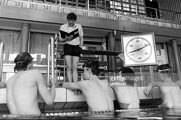 Trainer, Schwimmen DDRSchwimmtrainer vom SCE Dresden mit seinerSchwimmgruppe im Hallenbad: Neumann stehtam Beckenrand und liest aus seiner...