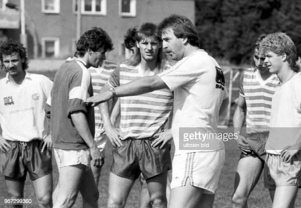 Trainer Uwe Reinders aus Braunschweig gekommen trainiert am die Spieler des FC Hansa Rostock Der 35Jährige spricht hier zu den Akteuren Hilmar...