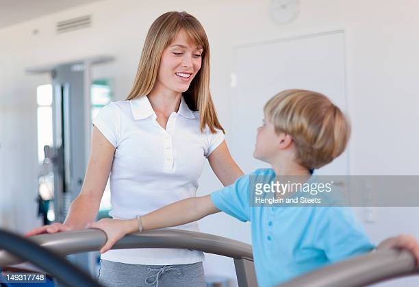 Treinador trabalhar com grupo no ginásio
