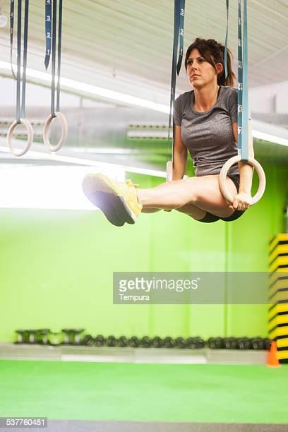 Trainig mit Ringe auf einem Kreuz Fitnessraum.