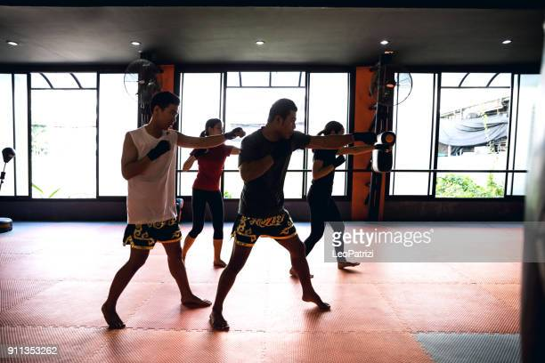 training class at the boxing gym - muay thai imagens e fotografias de stock