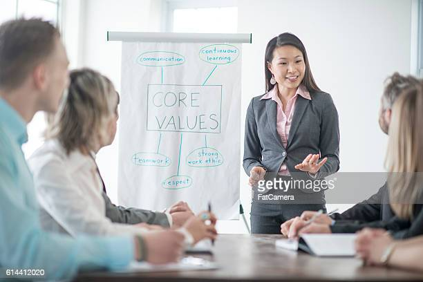 training new employees on the companies core values - morality fotografías e imágenes de stock
