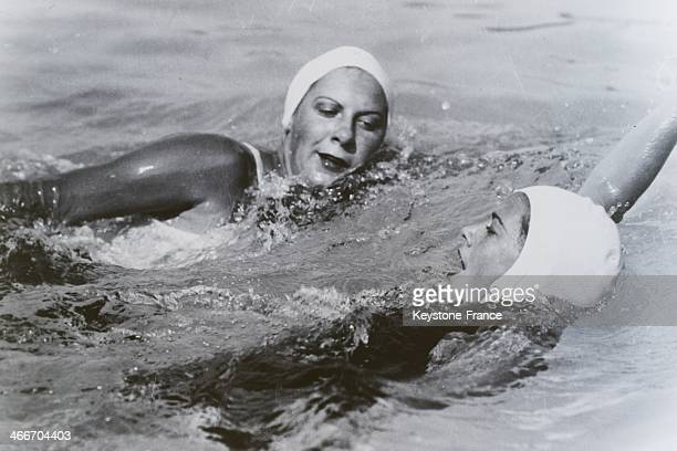 Training of female American swimmers Helen Madison left and Eleanor Holm at the Rye swimming pool for the Olympics on July 25 1932 in New York United...