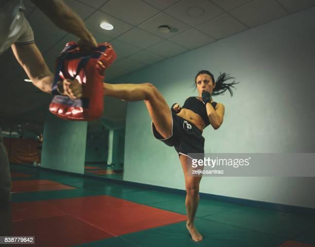 formação de mulher kickboxer - boxe feminino - fotografias e filmes do acervo