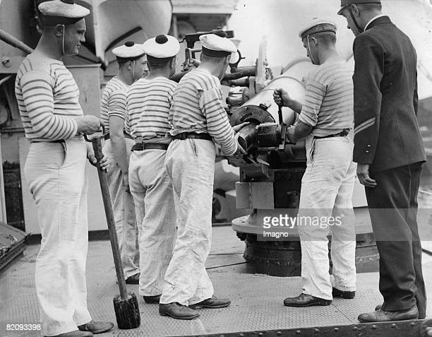 Training of officers and cadets of a french ship on the Thames, Photograph, England, London, 1935 [?bung von Offizieren und Kedetten eines...