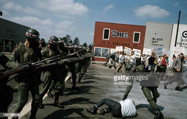 Training Of The Military Police In Riotsville. Aux Etats-Unis, à Riotsville en 1968, un soldat de la police militaire, touchant un manifestant à...
