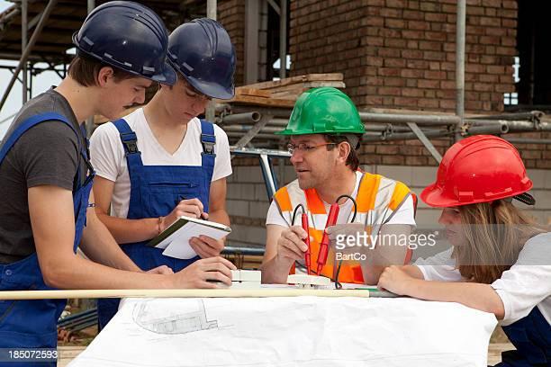 Formation pour être un électricien. Apprenti faire des notes.
