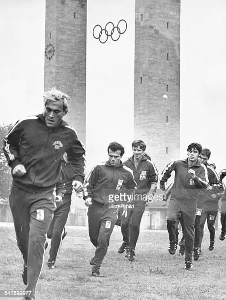 Training von Hertha BSC BerlinHerthaSpieler beim Lauftraining am Olympiastadion Torhüter Volkmar Gross Peter Enders und Zoltan Varga