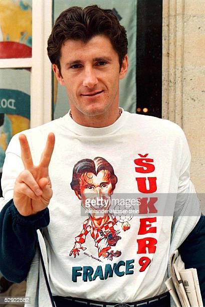 Trainingslager KROATIEN/CRO in Vittel Davor SUKER/CRO zeigt stolz seine eigenes WM Shirt