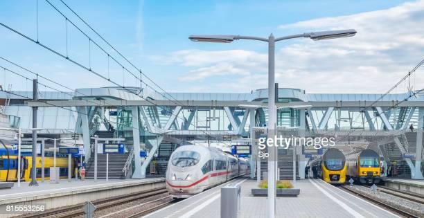 treinen bij arnhem station met inbegrip van de ice - intercity express - hogesnelheidstrein - arnhem stockfoto's en -beelden