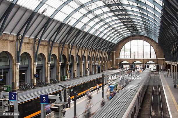 キングスクロス駅まで電車で、ロンドン - キングスクロス駅 ストックフォトと画像