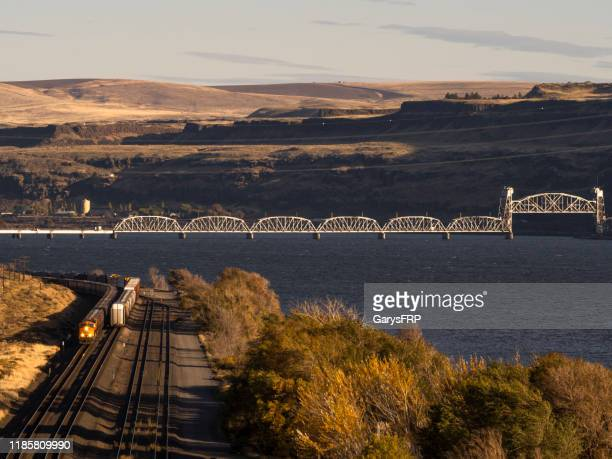 trains bnsf columbia river washington state background railroad bridge oregon - oregon us state stock pictures, royalty-free photos & images