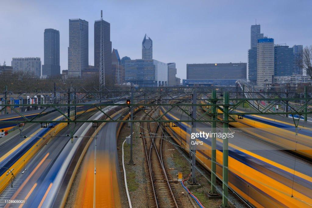 treinen vertrekken vanaf en aankomst op Den Haag Centraal Station, het centraal station in Den Haag : Stockfoto