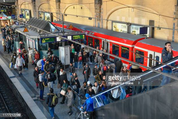 Trains passengers platform station hall central station Hamburg Germany Zuge Passagiere Bahnsteig Bahnhofshalle Hauptbahnhof Germany