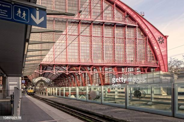 treinen wachten op vertrek op antwerpen centraalstation - antwerpen provincie stockfoto's en -beelden
