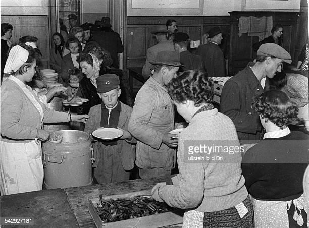 Traiskirchen / Österreich Ungarische Flüchtlinge bei der Essensausgabe im Flüchtlingslager November 1956
