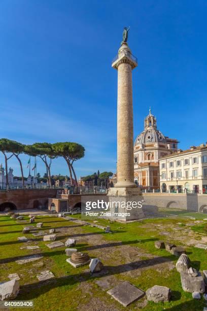 trajan's column (colonna traiana) in rome, italy - antike kultur stock-fotos und bilder