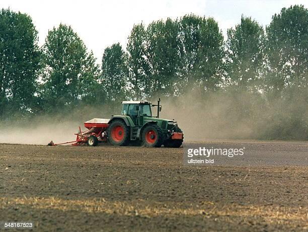 Traktor auf dem Feld November 1999