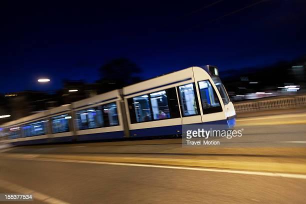 Straßenbahn in der Nacht mit schwenkende Film in Amsterdam
