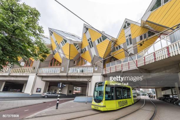 straßenbahn von kijk-kubus-cube häuser in rotterdam, niederlande - kubus stock-fotos und bilder