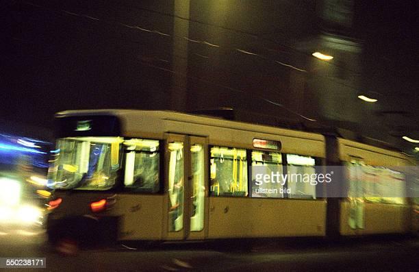 Tram fährt durchs nächtlich Berlin