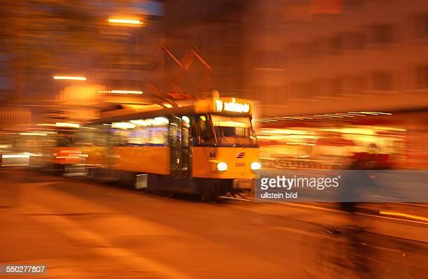 Tram fährt durchs nächtliche Leipzig