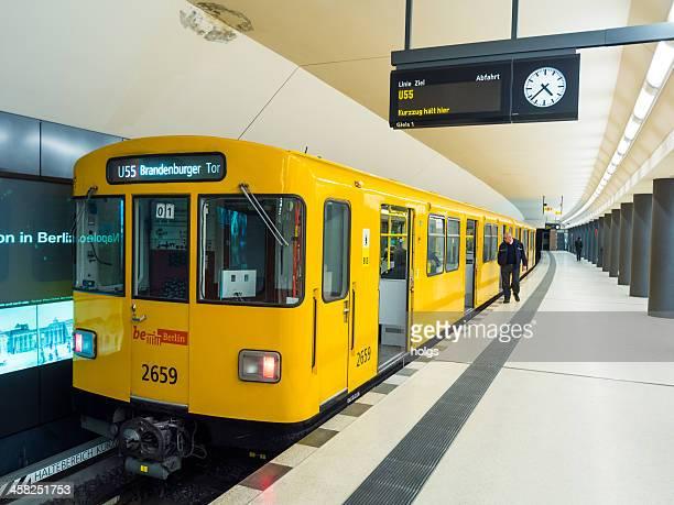 U55 Straßenbahnlinie zwischen dem Brandenburger Tor und dem Hauptbahnhof Berlin, Deutschland.